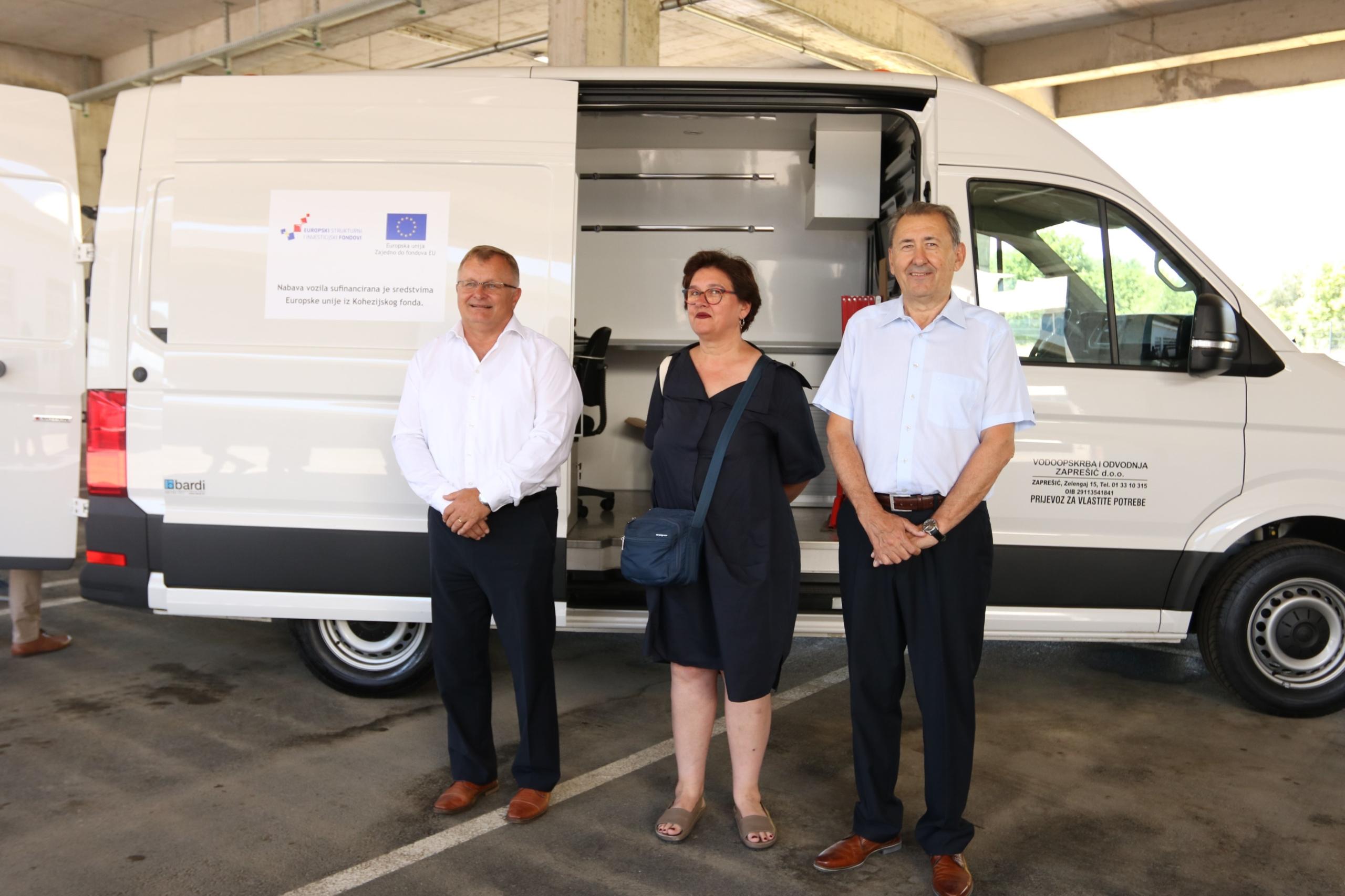 Govornici Turk, Cerar i Majcen ispred vozila za CCTV inspekciju