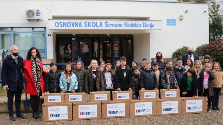 Učenici drugog razreda OŠ Šimuna Kožičića Benje sa svojom učiteljicom, ravnateljem i predsjednikom Uprave HEP-a